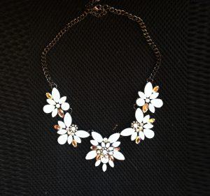 collar-flores-blancas