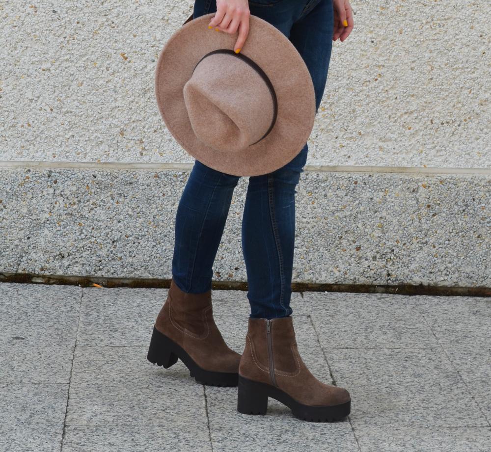 look botas serraje y sombrero